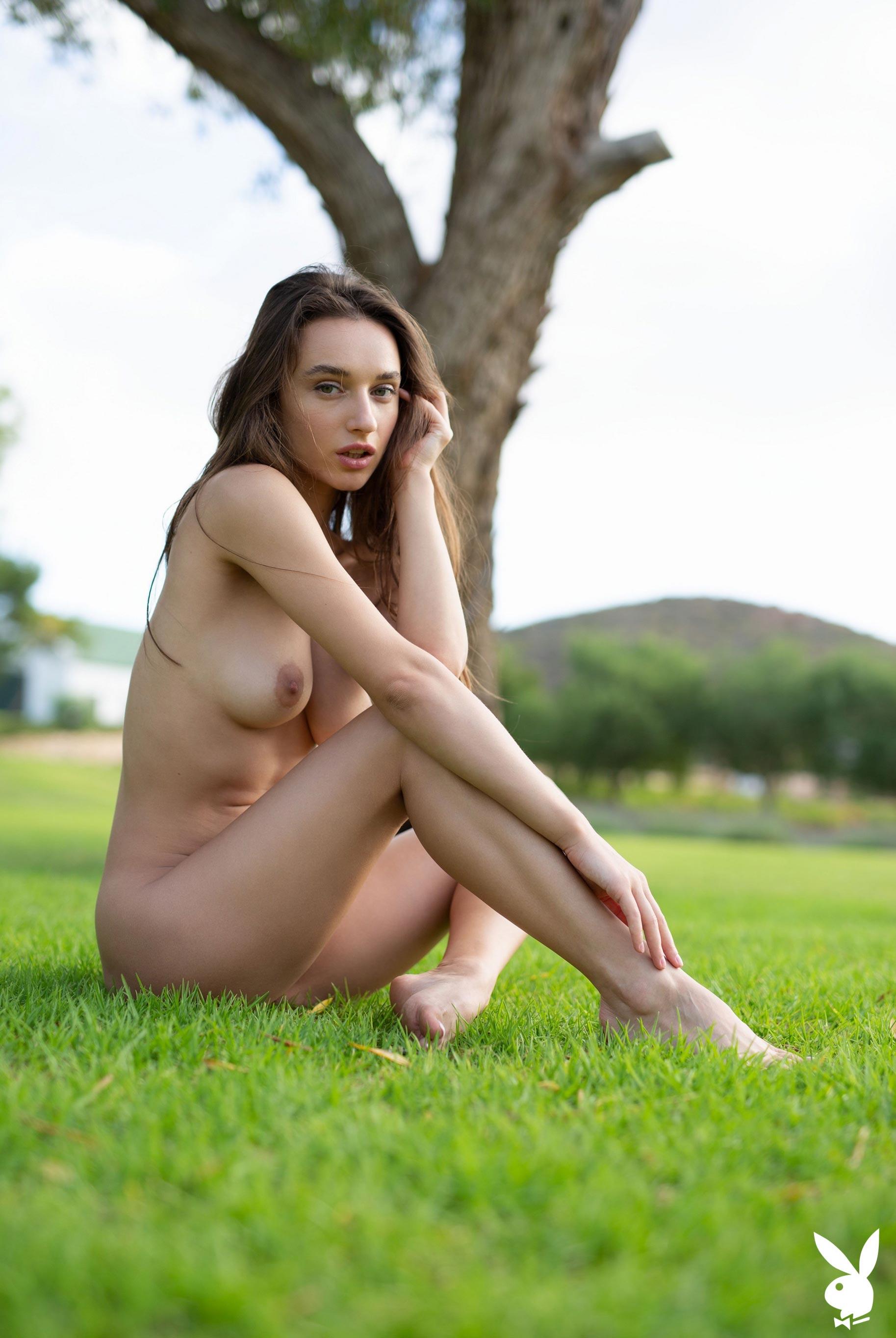 голая Глория Сол на зеленой траве / фото 04