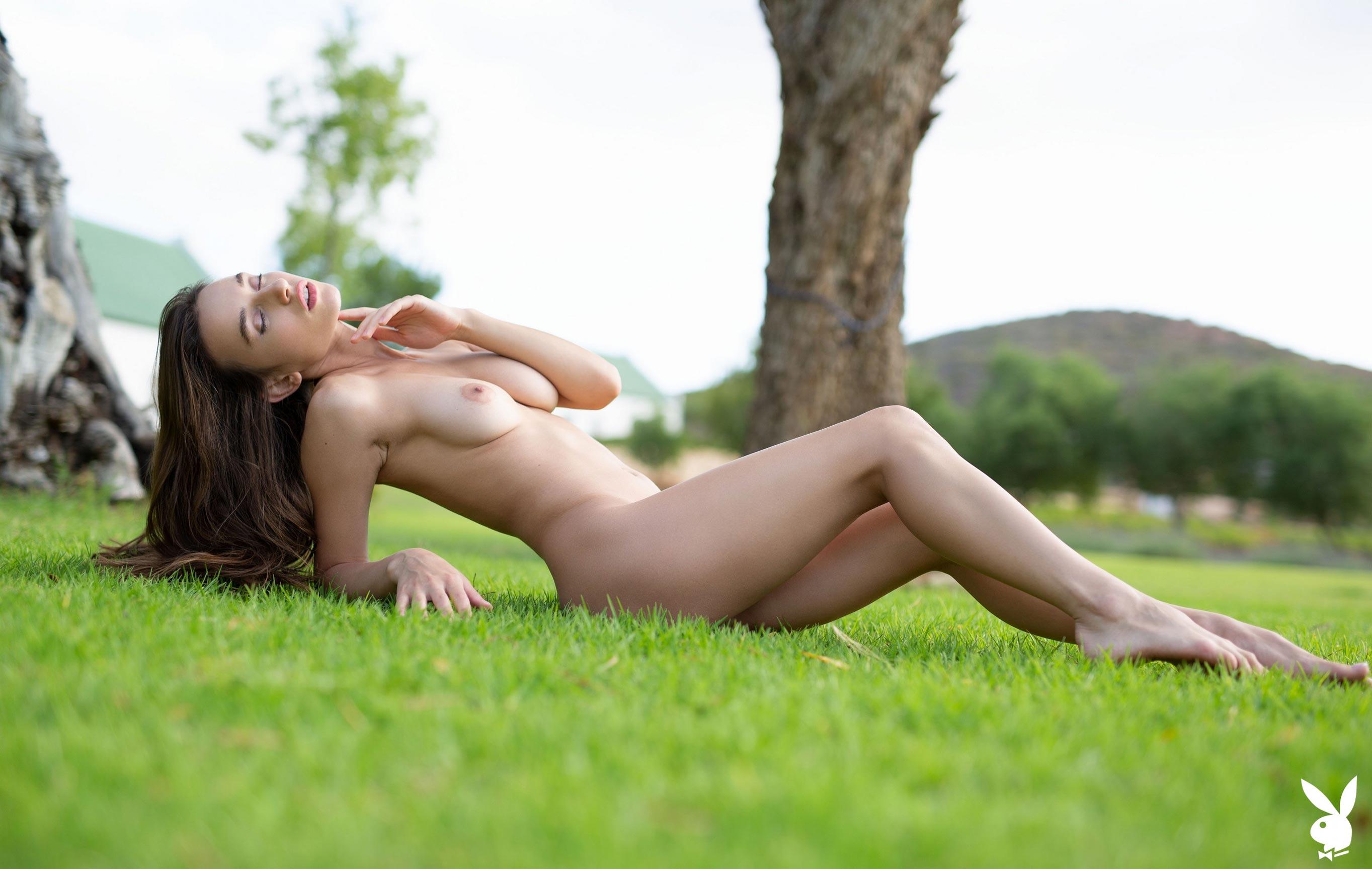 голая Глория Сол на зеленой траве / фото 05
