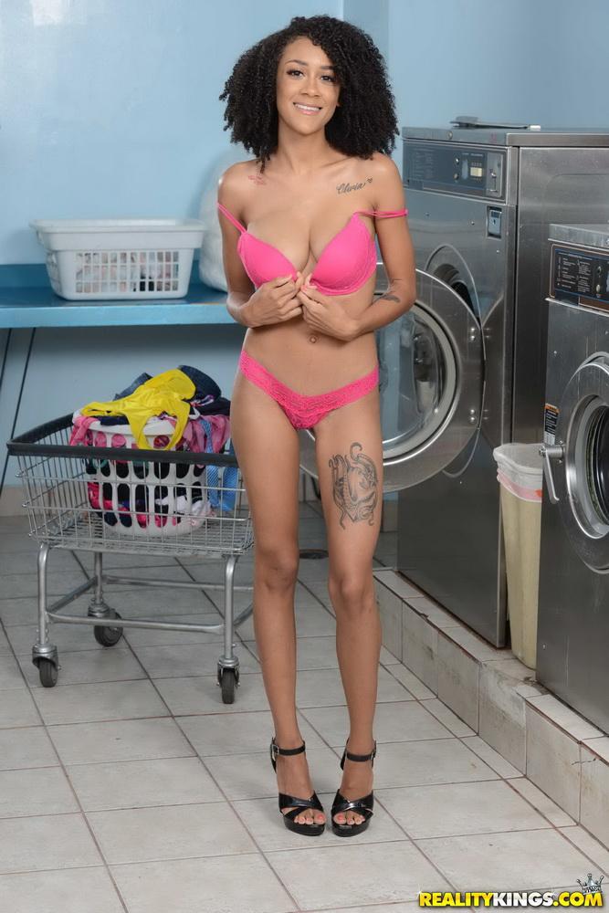 Ariana Aimes - Laundromat Lust [RoundandBrown/Realitykings] FullHD 1080p