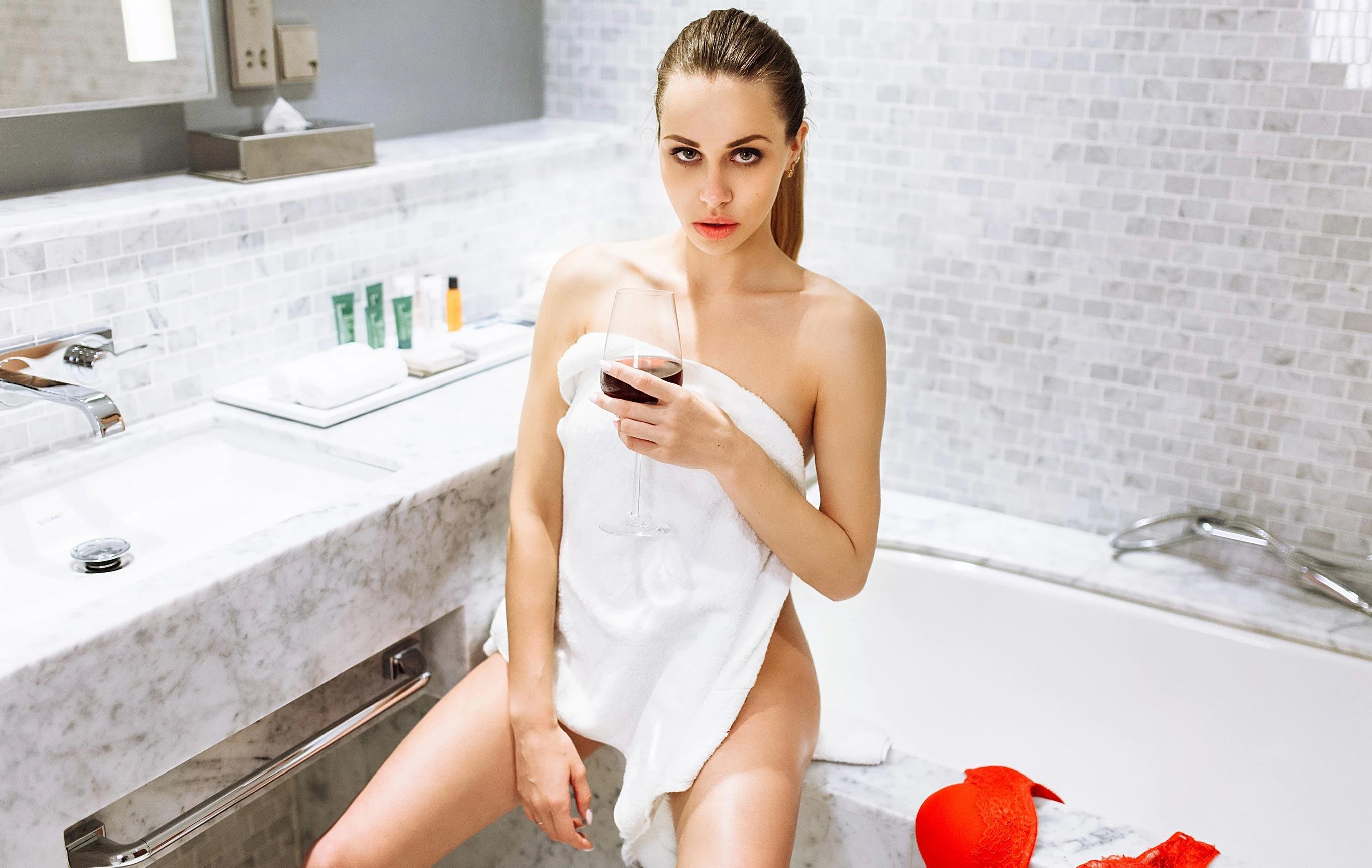Татьяна Боброва отдыхает и пьет вино в номере отеля / фото 01