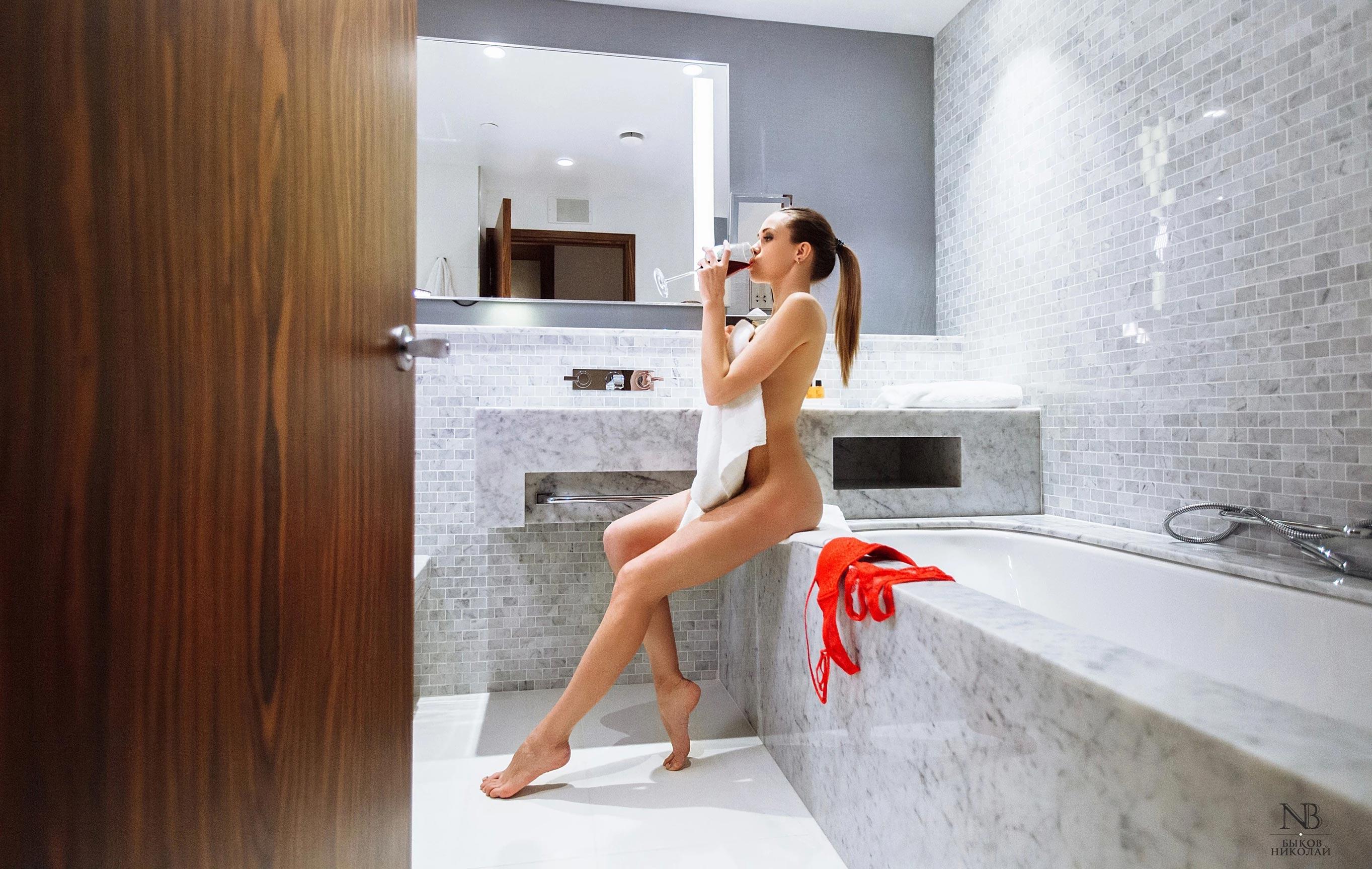 Татьяна Боброва отдыхает и пьет вино в номере отеля / фото 03