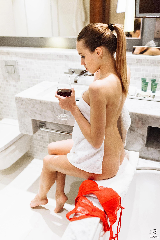 Татьяна Боброва отдыхает и пьет вино в номере отеля / фото 04