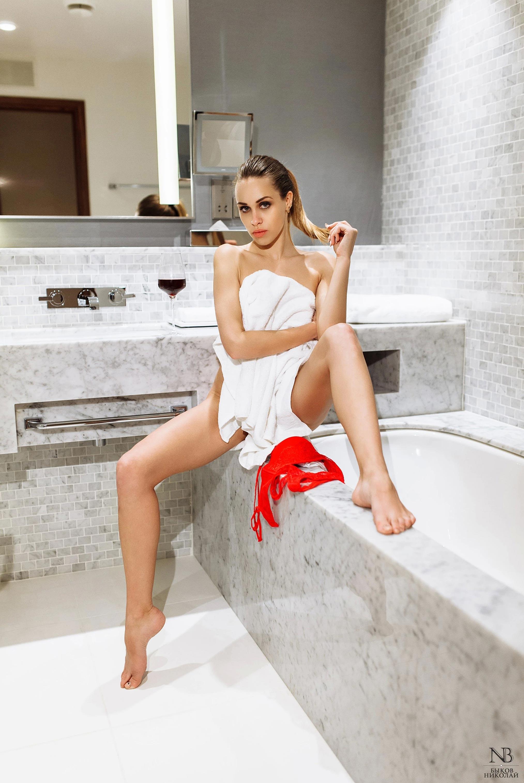 Татьяна Боброва отдыхает и пьет вино в номере отеля / фото 05