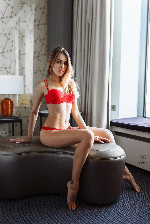 Татьяна Боброва отдыхает и пьет вино в номере отеля / фото 06