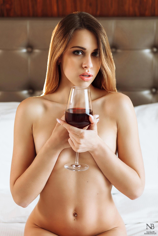 Татьяна Боброва отдыхает и пьет вино в номере отеля / фото 08