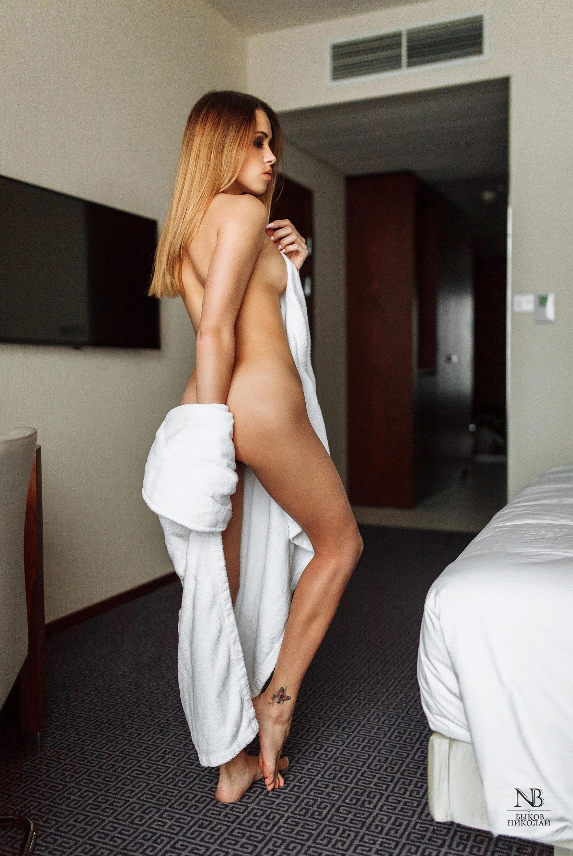 Татьяна Боброва отдыхает и пьет вино в номере отеля / фото 09